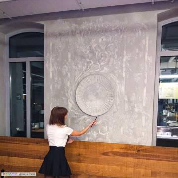 Легкие узоры на стене из шпаклевки - ресторан